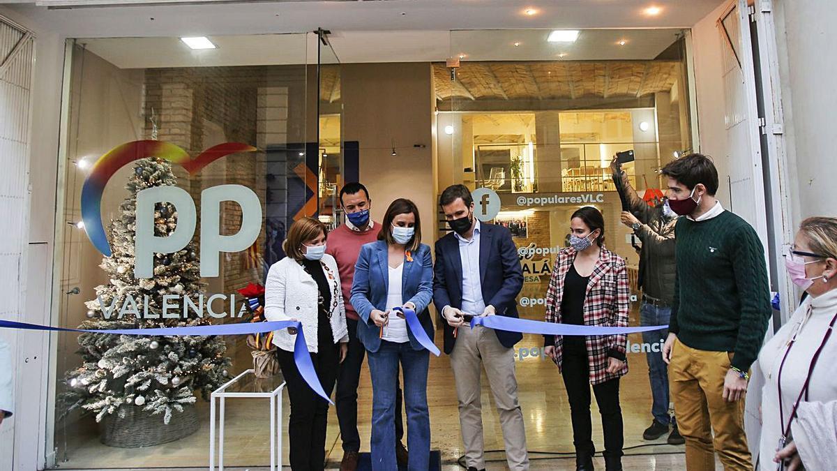 Bonig, Catalá y Casado cortan la cinta para inaugurar la nueva sede del PP local en València. | EDUARDO RIPOLL