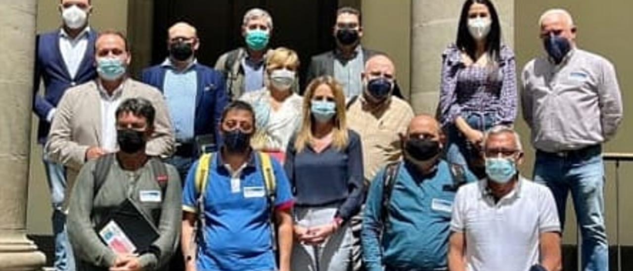 El comité de empresa de JSP, con representantes de los grupos políticos en el Parlamento de Canarias.