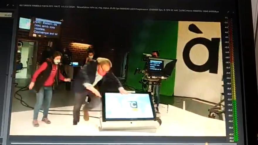 Manolo Mata se tropieza y acaba por los suelos del plató de informativos de À Punt