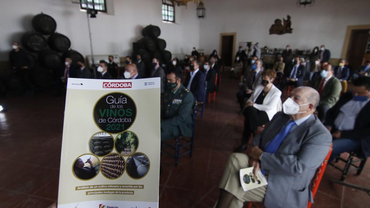 Autoridades y bodegueros asistieron a la presentación de la guía en Bodegas Pérez Barquero.