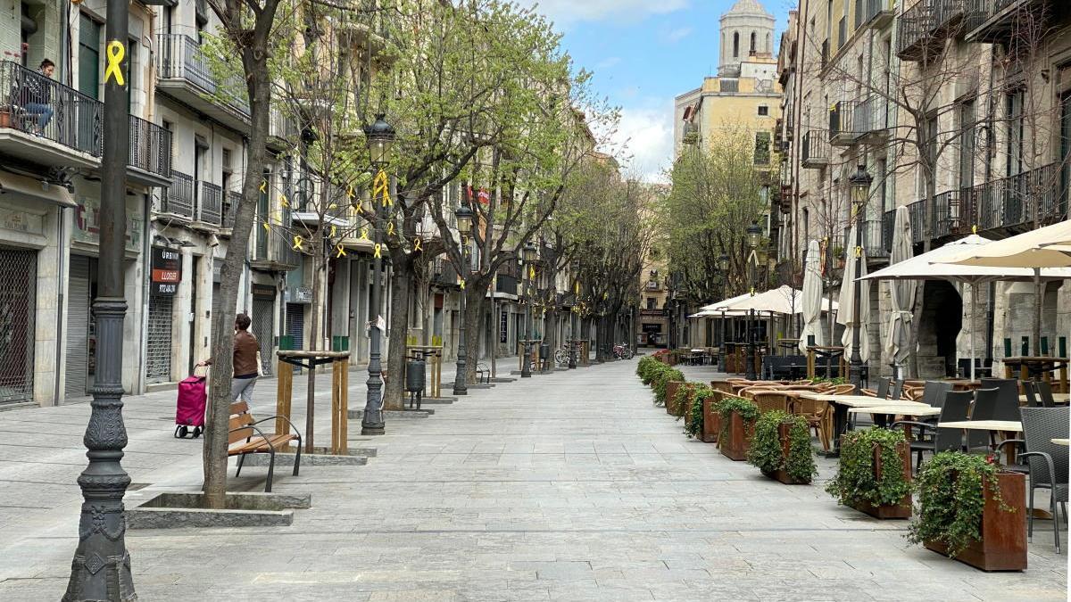La rambla de Girona, amb el comerços tancats.