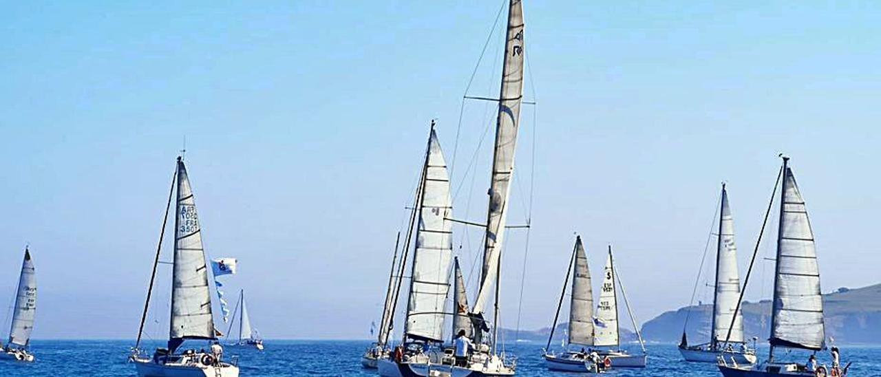 Veleros participantes en una pasada edición de la regata inversa Gijón-Avilés.