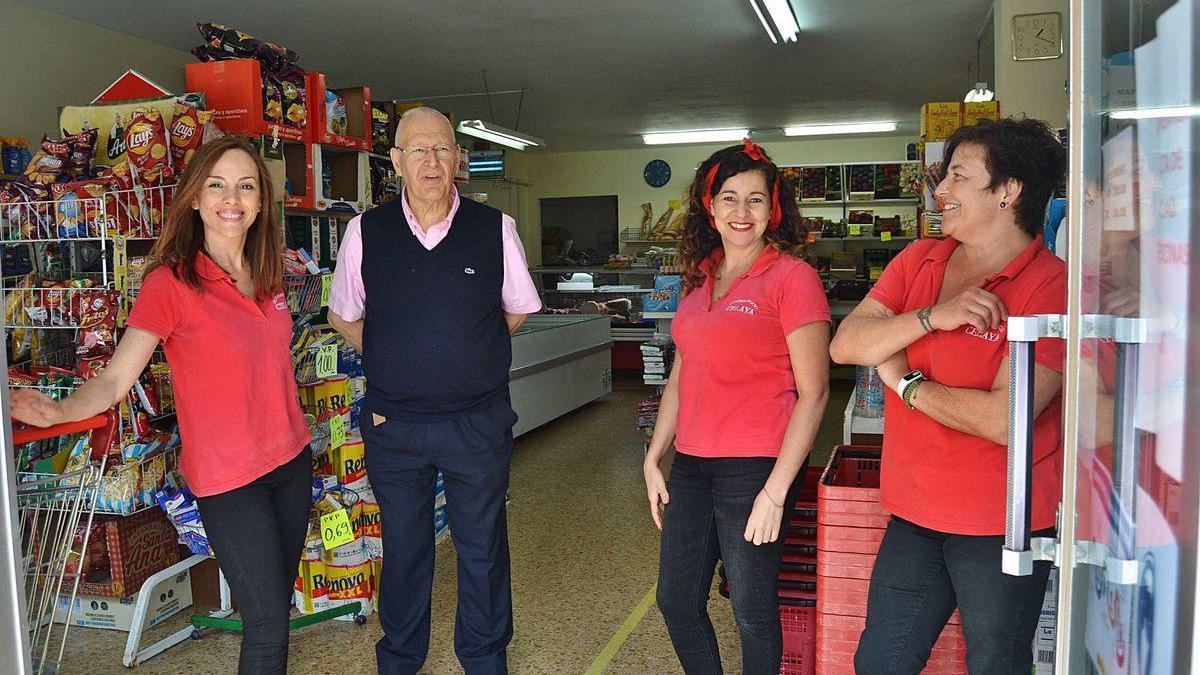 """José González Fernández, """"Pepín"""", con las trabajadoras del supermercado Celaya, Laura García, Elione Rodrigues y Nuria Álvarez."""
