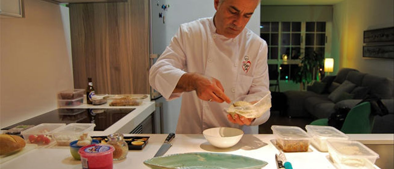 El chef sirio Imad Atli se encarga de cocinar en los domicilios de sus clientes.