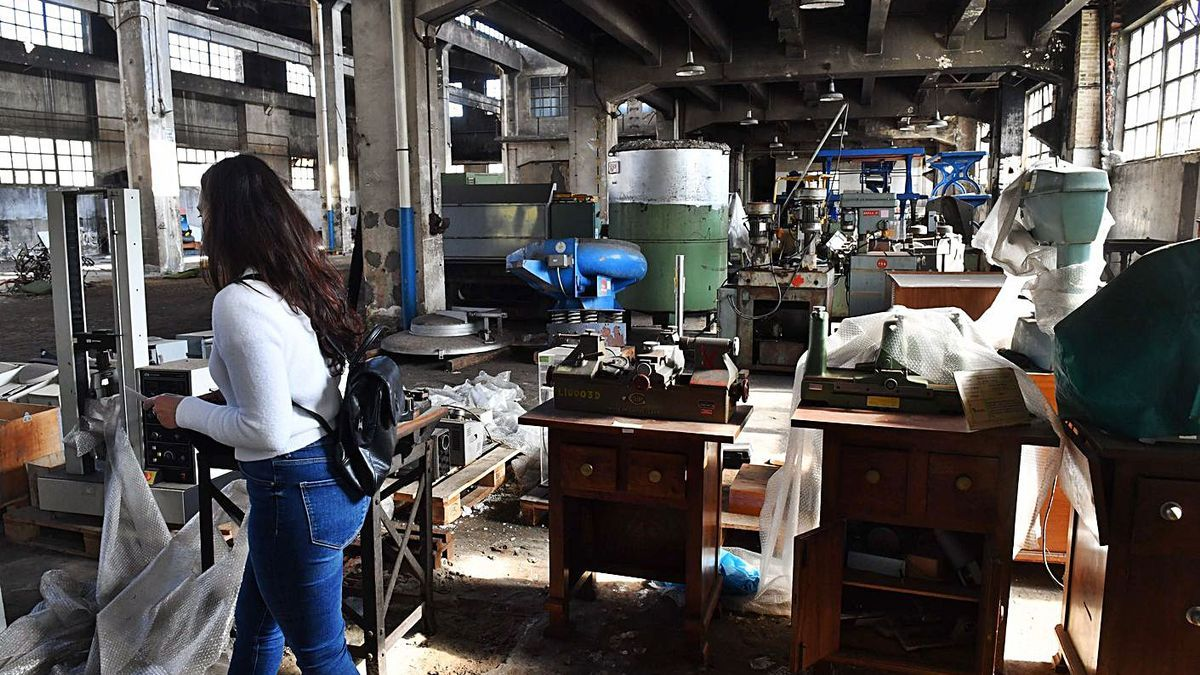 Material en una de las naves de la antigua fábrica de armas.  | // VÍCTOR ECHAVE