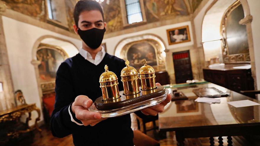 Las parroquias de Avilés reciben los santos óleos bendecidos por el Arzobispo