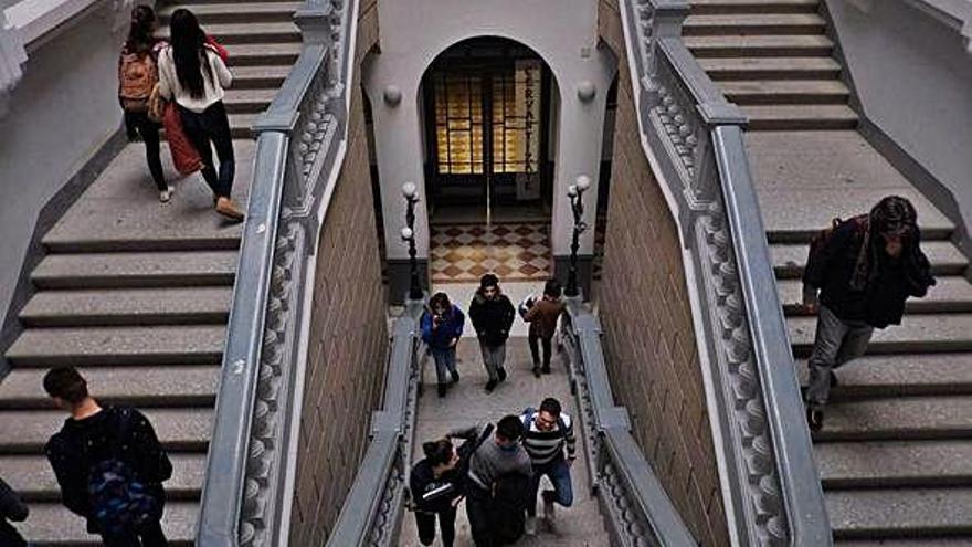 Varios alumnos, en las escaleras del Claudio Moyano, en una imagen de archivo.