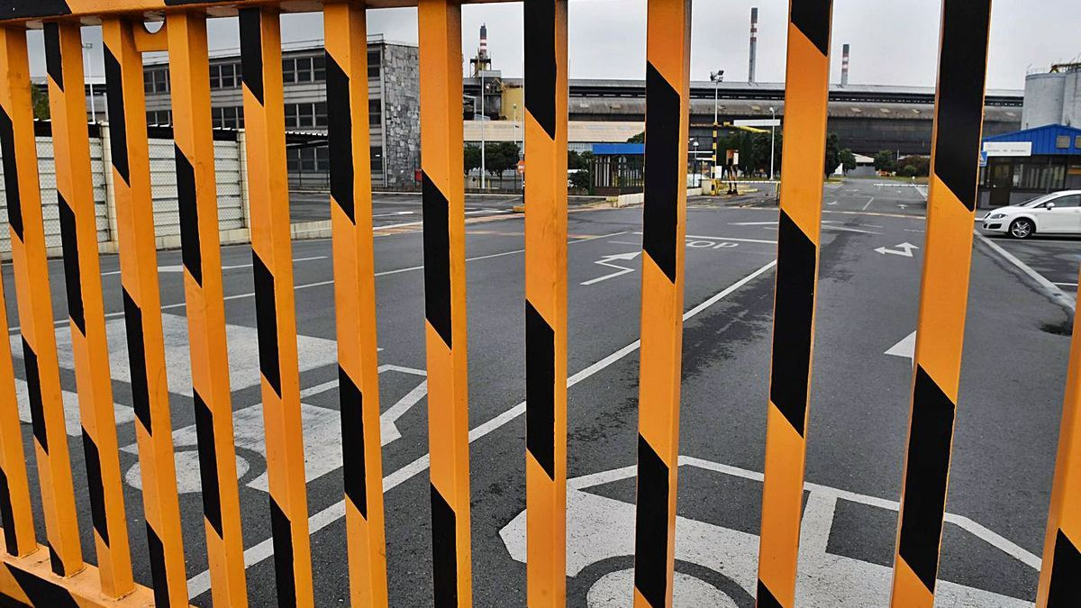 La fábrica de Alu Ibérica en A Coruña, cerrada por decisión judicial desde el pasado viernes. |   // VÍCTOR ECHAVE