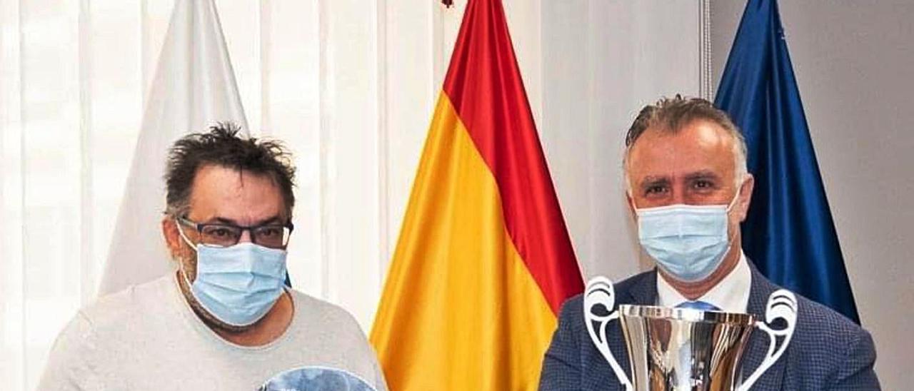 Campos -izquierda- junto a Ángel Víctor Torres, presidente de Canarias, con la Copa Princesa lograda por el filial del club.