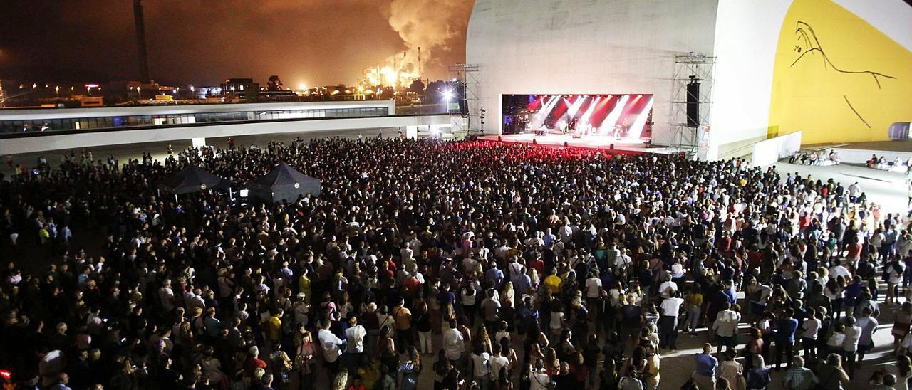 Ambiente en un concierto en el Niemeyer en las fiestas de San Agustín de 2019.