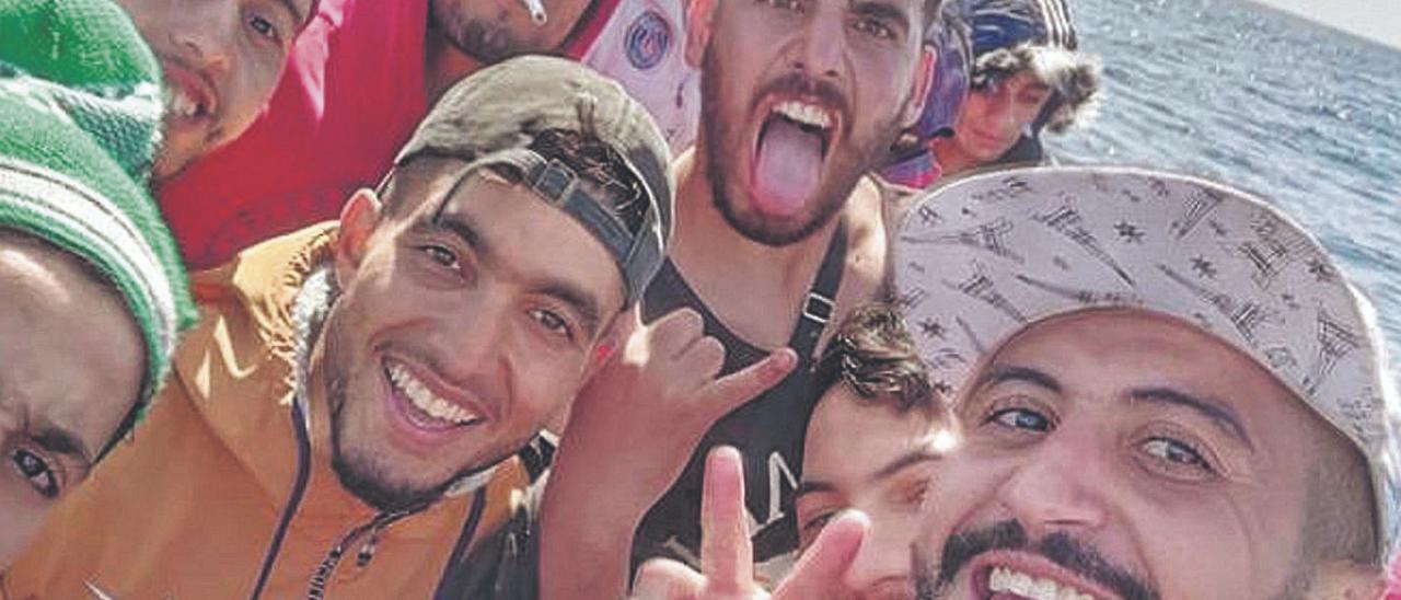 Hamza Tarik grabó la travesía de la embarcación y la llegada a Lanzarote en patera desde Marruecos.
