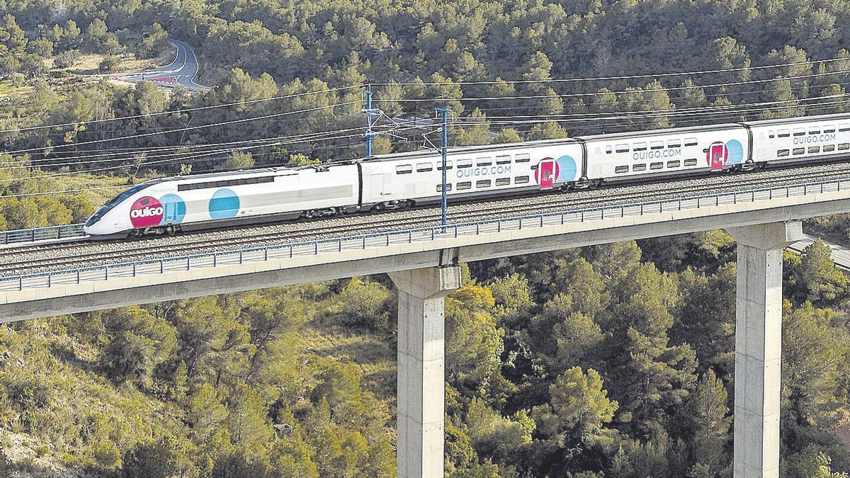 Un tren de Ouigo, del fabricante Alstom, circulando a 300 kilómetros por hora en la línea Madrid-Barcelona.