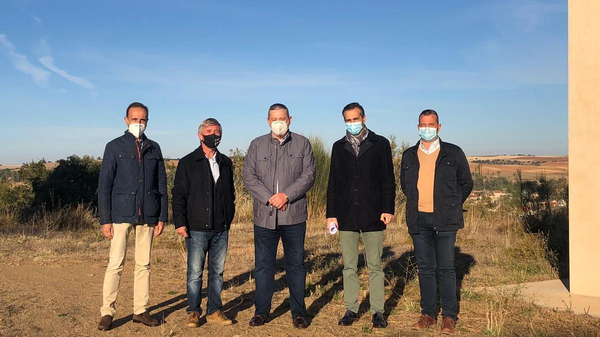 El alcalde, diputados y técnicos en el replanteo de la obra de abastecimiento en Venialbo.
