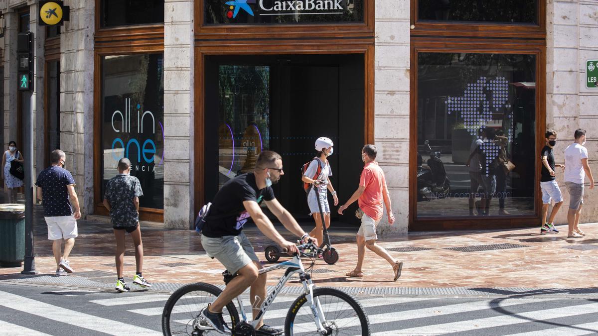Oficina de CaixaBank en la plaza del Ayuntamiento de València.