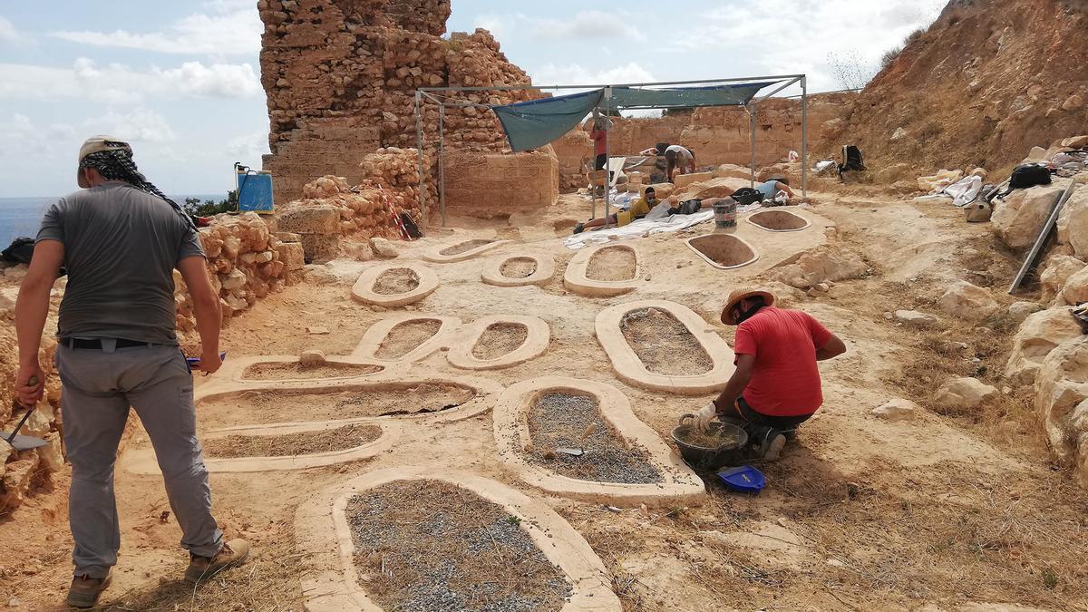 La necrópolis y los vestigios de la iglesia gótica de la Pobla medieval d'Ifac, en Calp