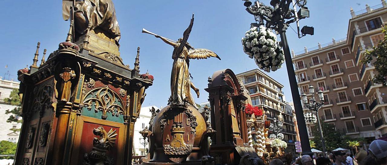 Turistas y curiosos visitan las Rocas en la plaza de la Virgen, antes de iniciarse la procesión.   EDUARDO RIPOLL