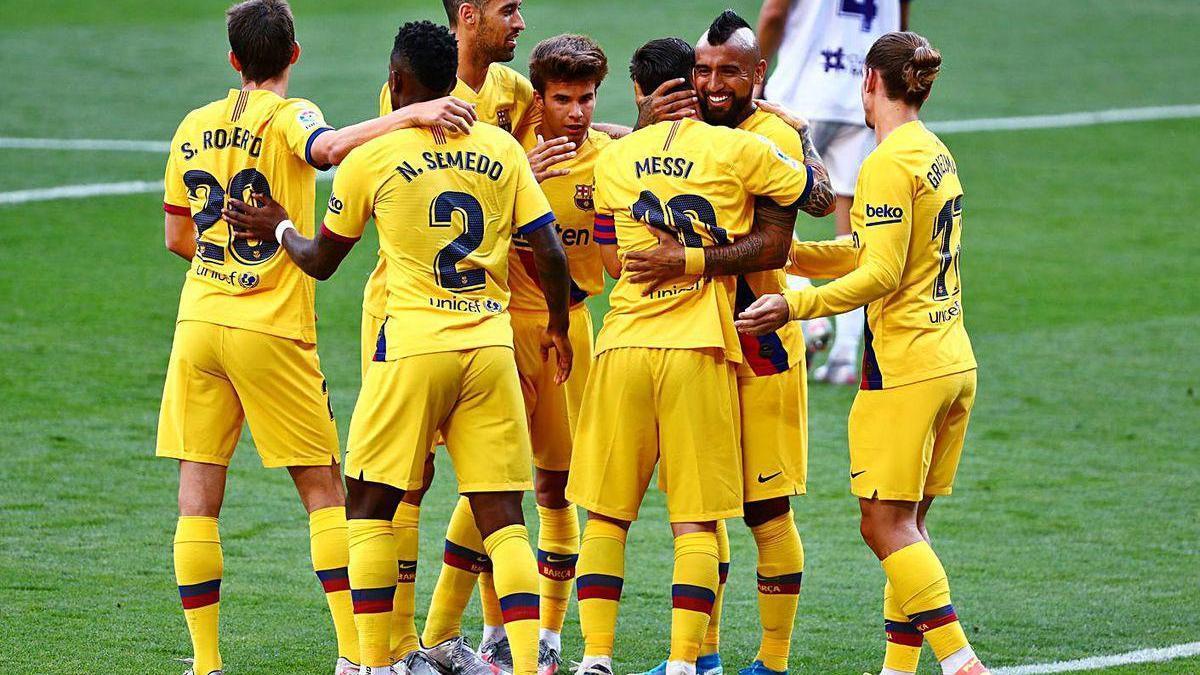 Los jugadores del Barcelona celebran el gol de Arturo Vidal que les dio el triunfo en Valladolid.