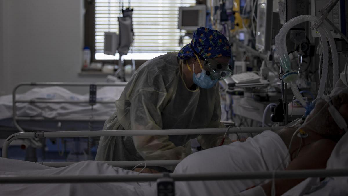 Una trabajadora de la limpieza durante su jornada laboral en la Unidad de Cuidados Intensivos.