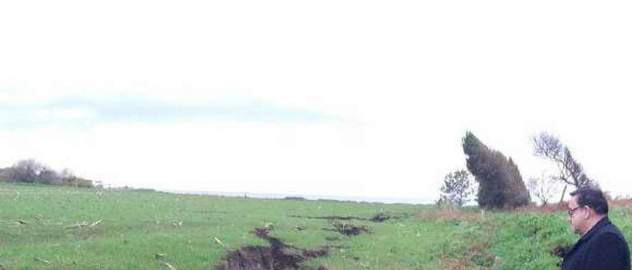 Grietas en la senda Cadavedo-Busto, ayer.