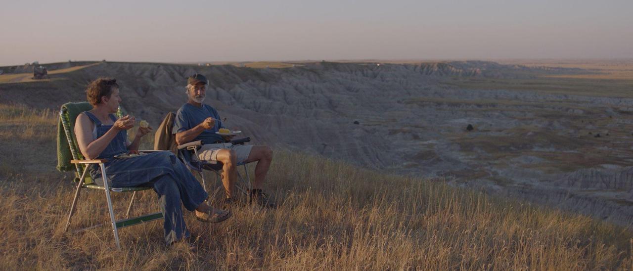 """Los actores Frances McDormand y David Strathairn, en una escena de """"Nomadland""""."""