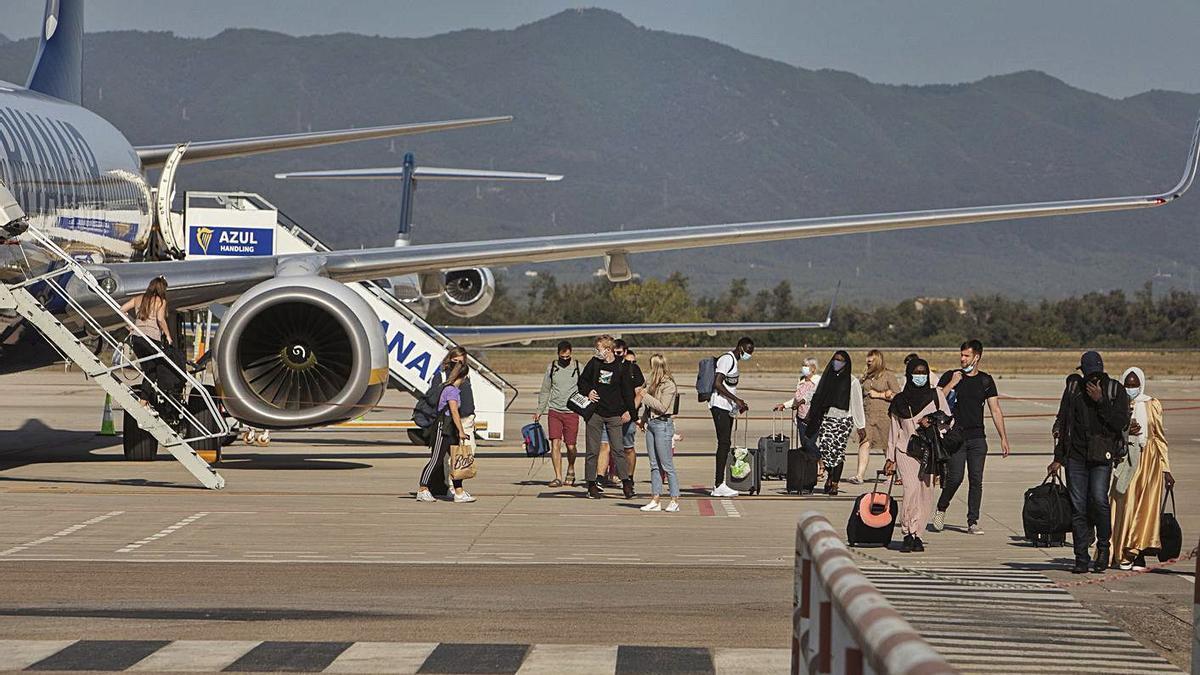 Passatgers baixant d'un avió de Ryanair a Girona, aquest estiu.    DAVID APARICIO