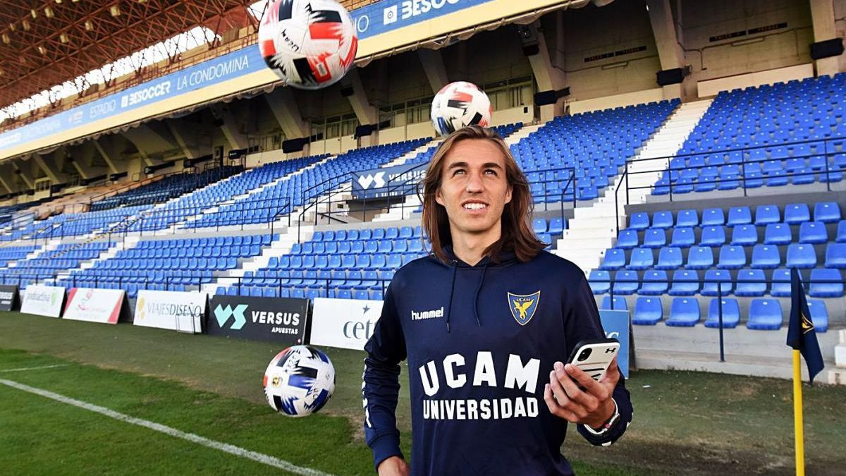 Pedro Benito, en el estadio La Condomina con el móvil en la mano.