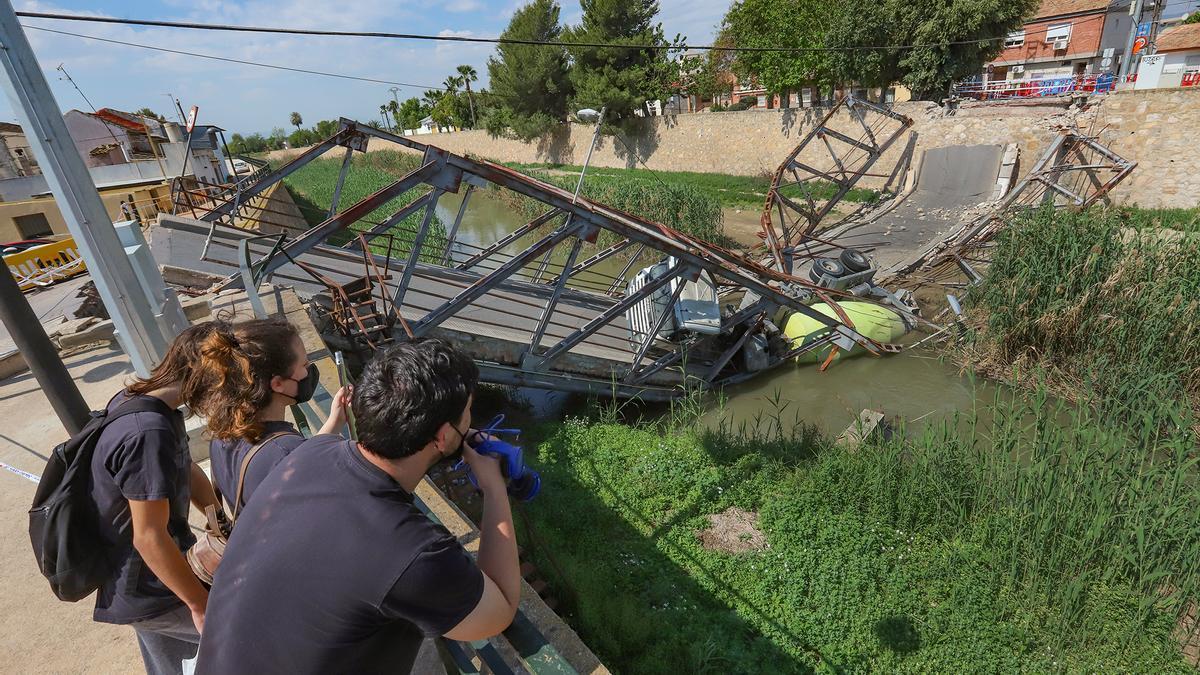 Imagen de la estructura del puente y la hormigonera que permanecen en el cauce del río en El Raal desde el 29 de marzo