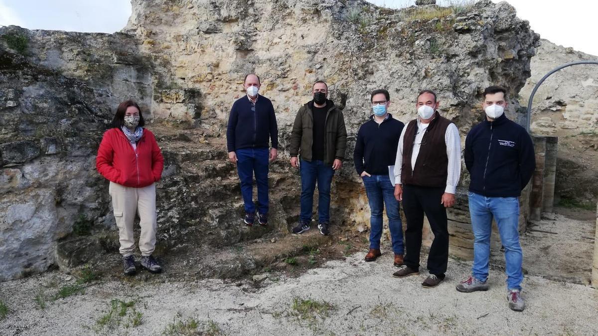 Meli Carbajo, arqueóloga; Antonio Maestre, José Manuel Varo, director de obra; Antonio Cosano, miembros de la Empresa Construcciones Mitronar, S.L