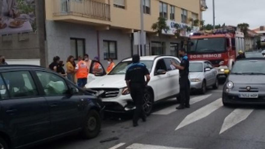 Un accidente en la calle Progreso causa retenciones en pleno centro de Sanxenxo