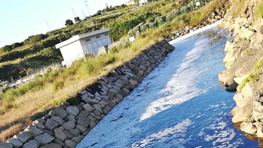 El Concello atribuye la espuma en el río del arenal de Sabón a bacterias y no a un vertido