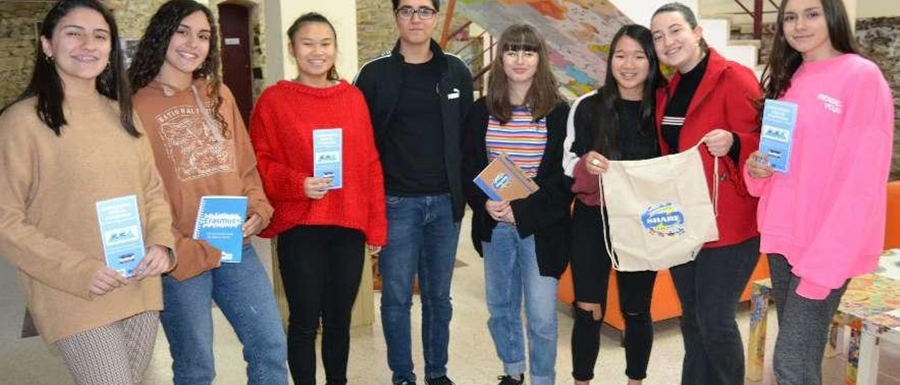 Por la izquierda, Olaya López, Raquel Gutiérrez, Ana Shie, Galo Augusto, Lyana Suárez, Lian Martínez, Patricia Martínez y Ana Blanco, ayer, en el Instituto de Cudillero.