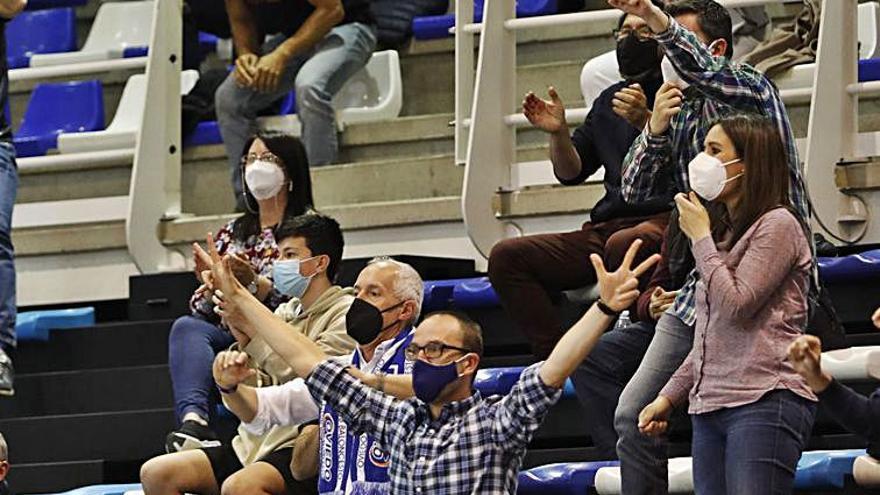 """Natxo Lezkano, tras la derrota del Oviedo Baloncesto: """"El arbitraje ha sido una chapuza y no hay por dónde cogerlo"""""""