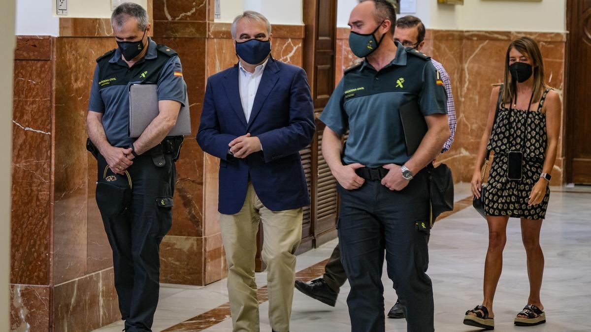 El alcalde con responsables de la Comandancia de la Guardia Civil de Badajoz, ayer en el ayuntamiento.