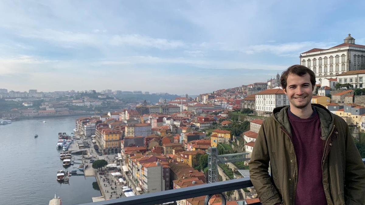 Gratacós, en un viatge a Oporto.