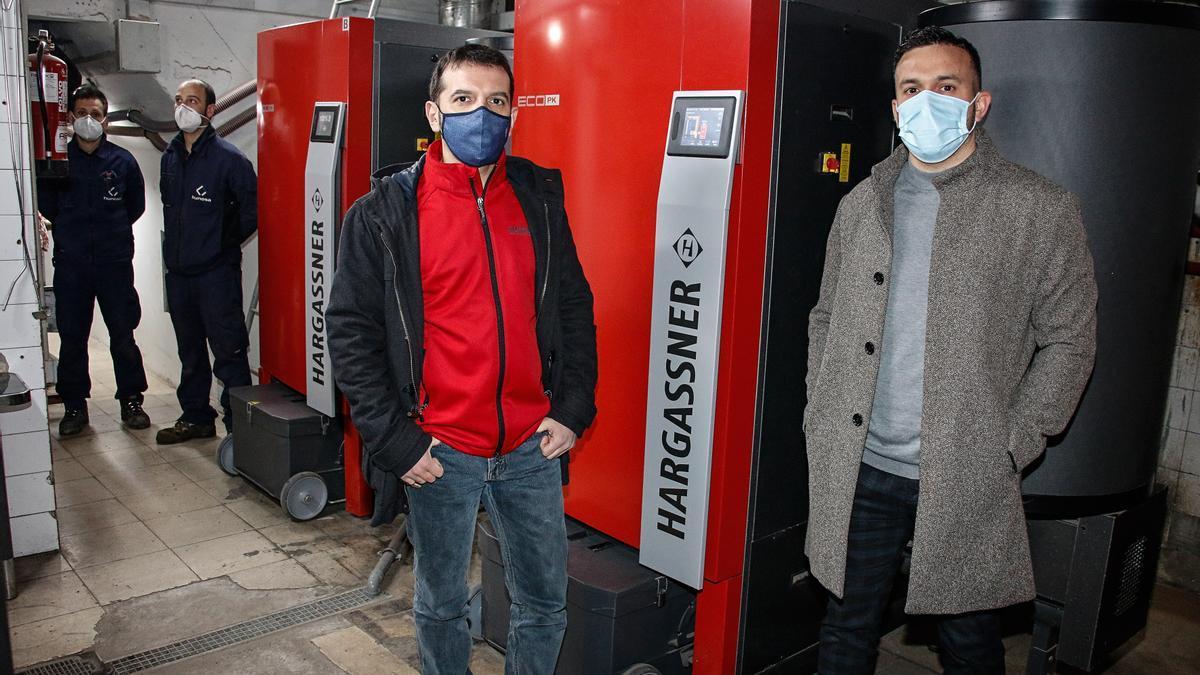 Ángel Martínez, director comercial de Hargassner Ibérica, y Pablo Fernández, jefe del departamento de Energías Renovables de Hunosa