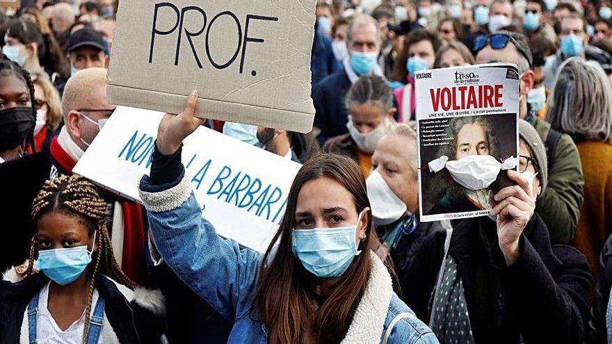 Milers de francesos rebutgen el terrorisme islamista als carrers