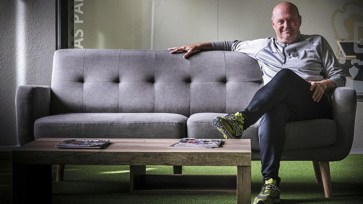 José Mel Pérez, máximo responsable técnico de la UD y exentrenador del Tenerife, junto al sofá que preside el salón de los técnicos, en Barranco Seco.
