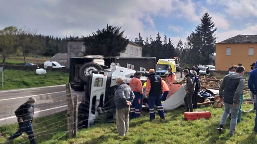 """La angustia que vivió un camionero tapiego, atrapado tres horas en su cabina tras volcar: """"Está vivo de milagro"""""""