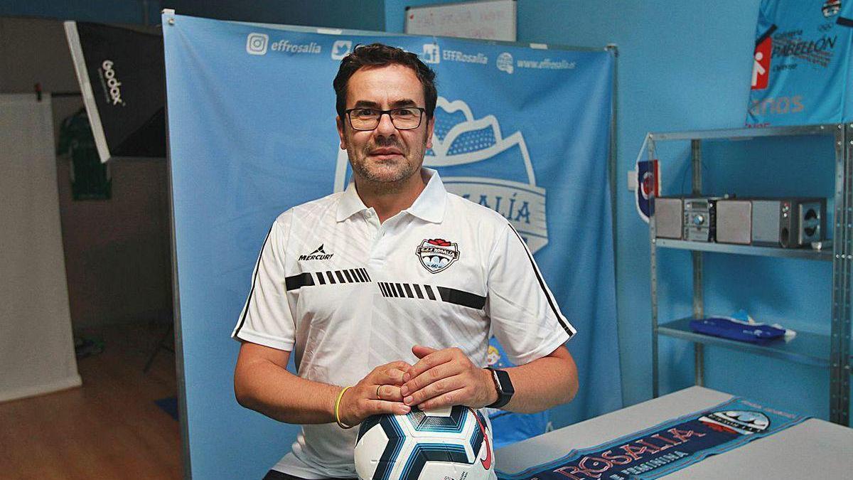 Mario Gómez, presidente de la Escuela de fútbol femenino Rosalía, ayer en la sede del club.