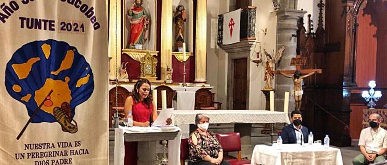 María Eugenia Suárez, de pie, primera a la izquierda, anoche. | | A.S.B.T.