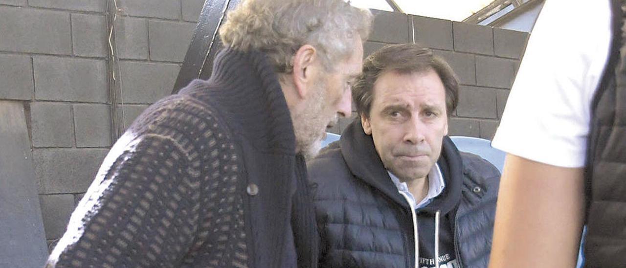 Carlos Mouriño conversa con Felipe Miñambres durante un partido del filial en Barreiro. // Eugenio Álvarez