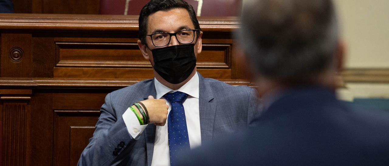 El diputado de CC, Pablo Rodríguez, ayer en el Parlamento de Canarias  escucha al presidente Torres .