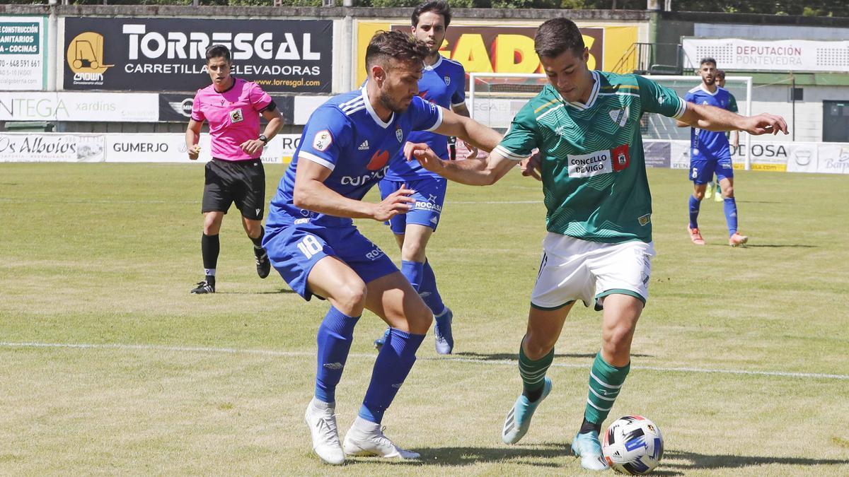 Pablo Salgueiro, del Coruxo, controla el balón ante Artabe.