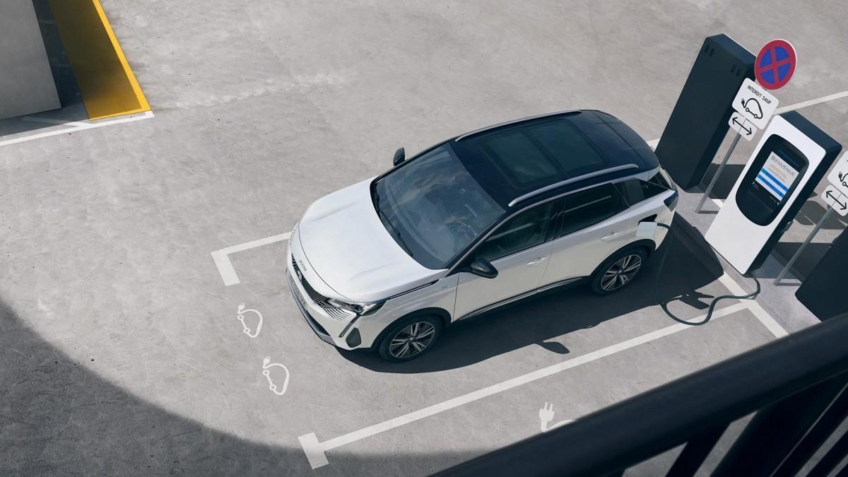 Peugeot ofrece un mundo de servicios a sus vehículos electrificados
