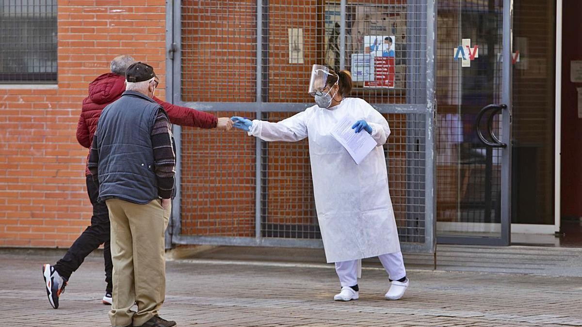Atención a pacientes a las puertas de un centro de salud de la provincia de Valencia. | PERALES IBORRA