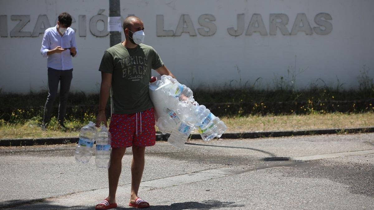 Vecinos de Las Jaras llenan botellas, el año pasado en uno de los cortes del suministro.