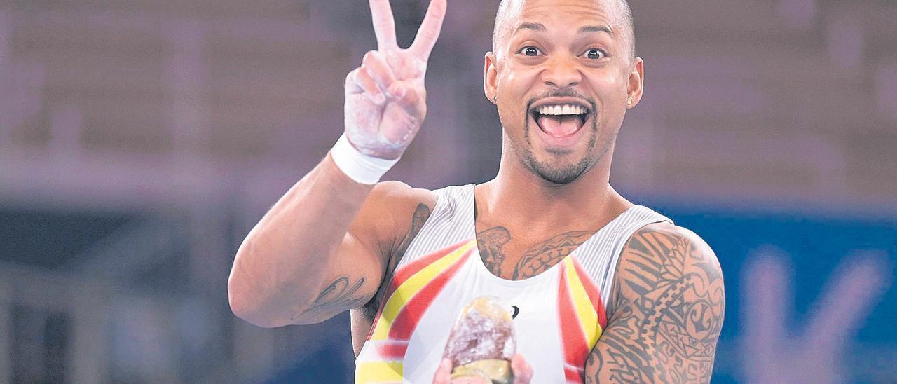 El gimnasta de Lanzarote Rayderley Zapata sonríe a la vez que saluda con los dos dedos en referencia a la victoria.