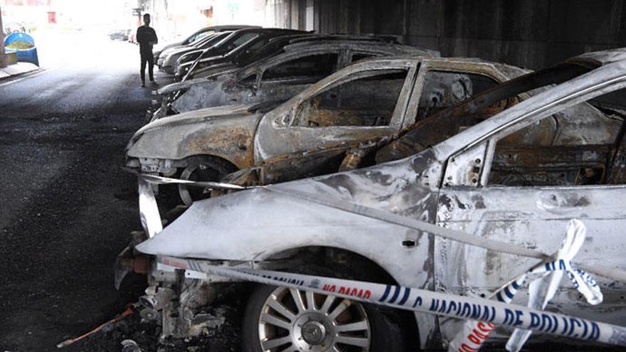 Siete coches arden de madrugada en la calle Posse