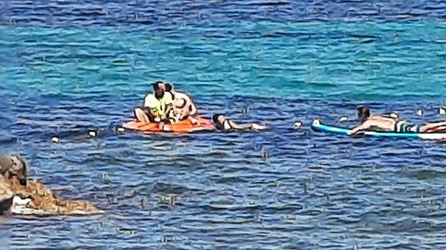 Un menor se clava un anzuelo doble enredado en unas boyas en una playa de Ibiza