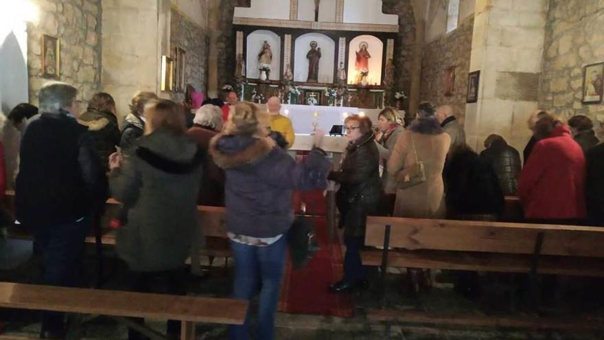 Sotu Cangues celebra la fiesta de Santa Lucía con una multitudinaria misa en la capilla de San Andrés